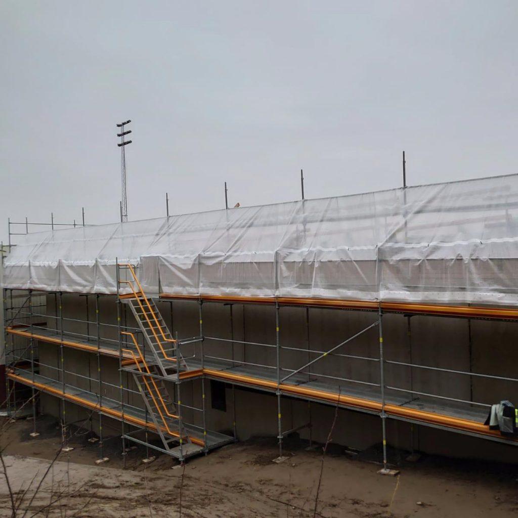 byggnadsställning-med-regntak